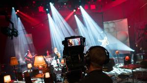 Kameramies Ylen studiossa.
