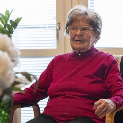 Elma Rinkinen istumassa olohuoneessaan.