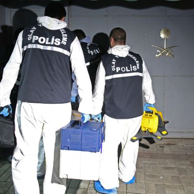 Turkisk polis undersöker det saudiska konsultatet i Istanbul efter journaliste Jamal Khashoggis försvinnande.