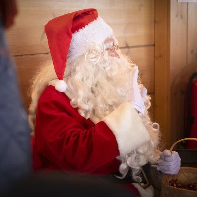 Joulupukki heiluttaa yleisölle