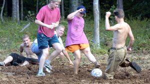Nuoriso pelaa suojalkapalloa