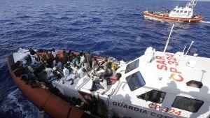 Italienska kustbevakningen under en räddningsoperation i Medelhavet 19.9.2015.
