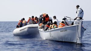 Flyktingar på Medelhavet plockas upp av den italienska kustbevakningen.
