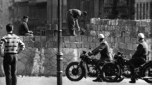 Berlinmuren byggs 1961.