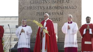 Påven Franciskus har hållit Palmsöndagens mässa på Petersplatsen i Rom. Mässan inleder Stilla veckan.