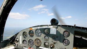 Cockpiten i ett propellerplan