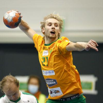 Christoffer Thor i Sjundeå tar skott.