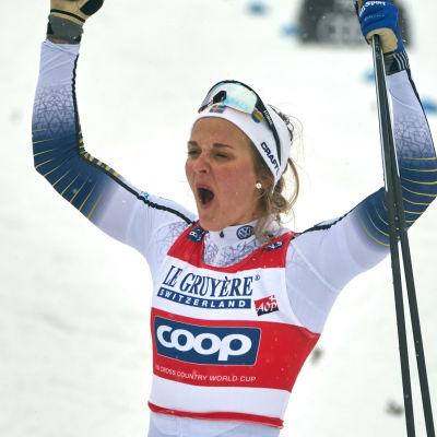 Stina Nilsson firar en seger i ett sprintlopp.