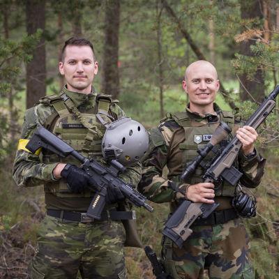 Jonas Heinola, Jarkko Heikkilä ja Shpend Ibrahimi poseeraavat Airsoft-varusteet yllään ja Airsoft-aseet käsissään.