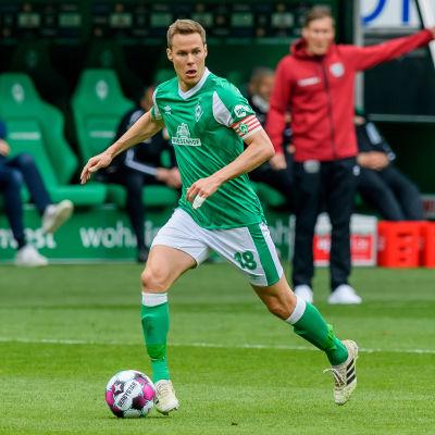 Niklas Moisander esiintyi maaliskuussa 2021 vielä Werder Bremenin miehistössä.