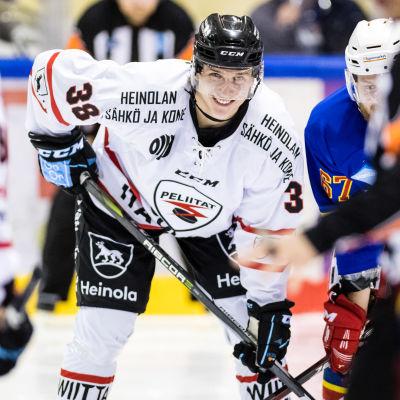 Lauri Heino jääkiekkokaukalossa maila kädessään.