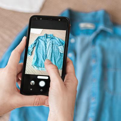 nainen ottaa kuvaa paidasta