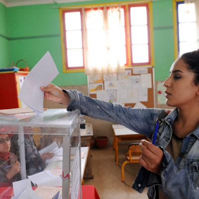 Marockansk kvinna röstar i en vallokal i Rabat.