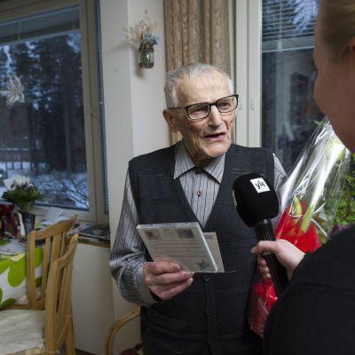 Krigsveteranen Hannes Hynönen överräcktes över tusen julkort den 22 december 2014.