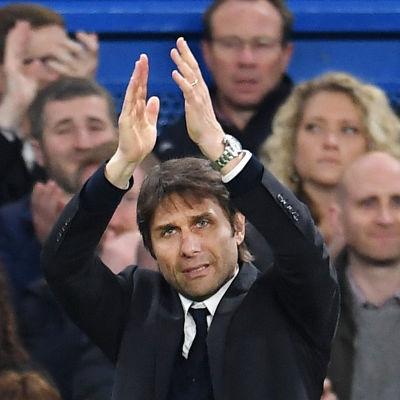 Antonio Conte klappar i händerna