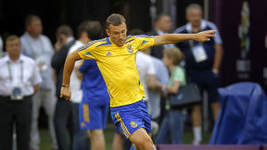 Andrij Sjevtjenko har kontroll över bollen under uppvärmningen inför EM-matchen mot Frankrike 2012.