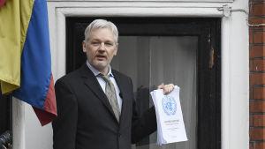 Julian Assange talar med journalister från balkongen i Ecuadors ambassad i London 5.2.2016