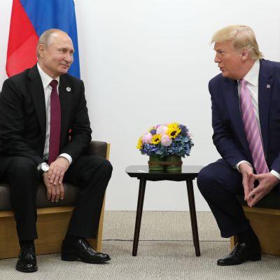 Venäjän presidentti Vladimir Putin ja Yhdysvaltain presidentti Donald Trump G20-kokouksen yhteydessä viime vuoden kesäkuussa.