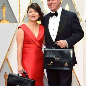 Martha Ruiz och Brian Cullinan från PwC inför Oscarsgalan 26.2.2017