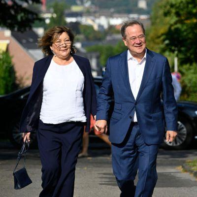 De tyska kristdemokraternas ledare Armin Laschet med hustrun Susanne anländer till en vallokal för att rösta 26.9.2021