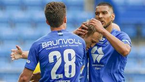Moldes lagkapten Magnus Wolff Eikrem jublar tillsammans med Kristoffer Haugen och Ohi Omoijuanfo.