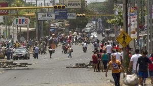 Människor i Managua bar hem plundrade varor på söndagen.