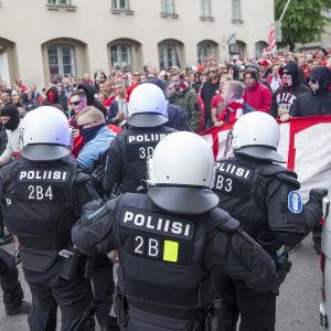 Polisen och HIFK:s fans möts på gata.