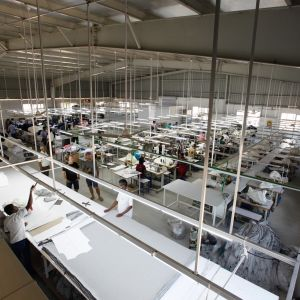 Liten textilfabrik inifrån.