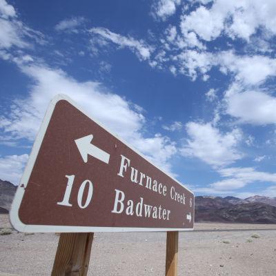 Tienviitta Death Valleyssä Kaliforniassa