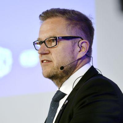 Motorsportförbundets ordförande Juhani Pakari talar.