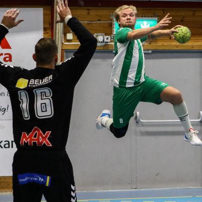 Handbollsspelaren Topias Laine i ett försök att göra mål i Allsvenskan.