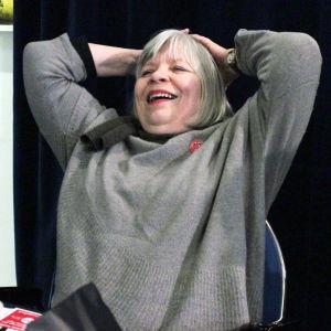 Kvinna som ler