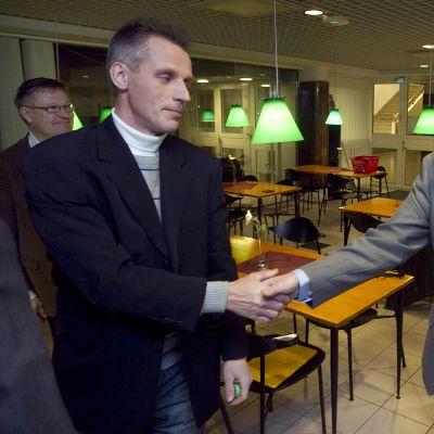 Kari-Pekka Kyrö (vas.) ja Antidopingtoimikunnan lääketieteellinen johtaja Timo Seppälä vuonna 2010.