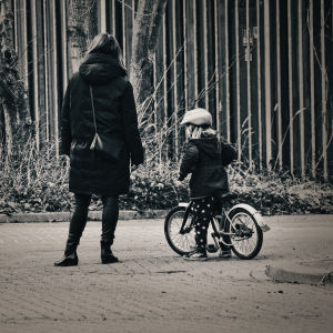 En mamma och dotter på cykel