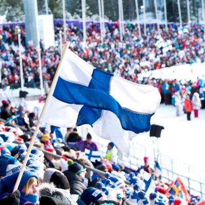 Katsojia Lahden MM-hiihdoissa.