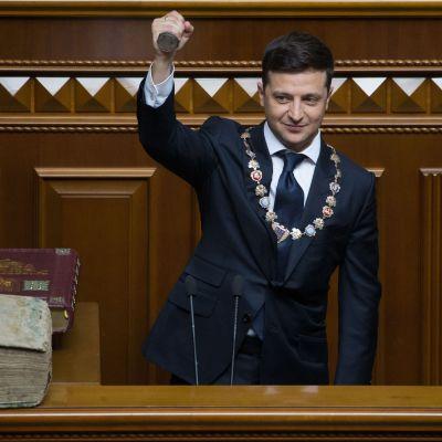 Ukrainas nya president Volodomyr Zelenskyi lyfter upp presidentens ämbetsstämpel under sin installeringsceremoni
