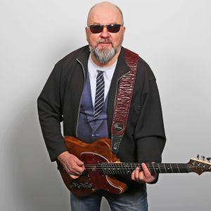 Juha Blomberg soittaa kitaraa.