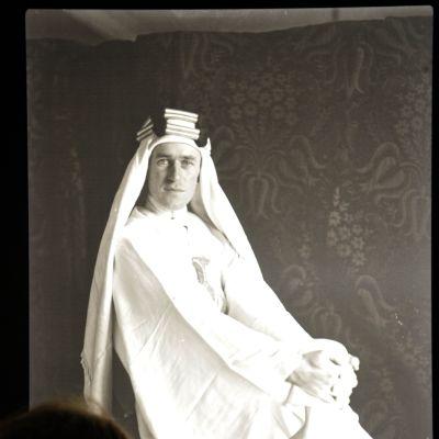 Nainen katsoo Thomas Edward Lawrencen kuvaa.