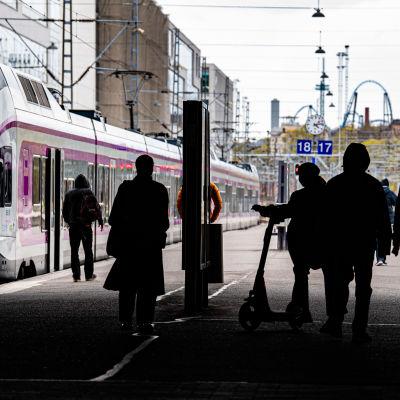 Människor på Helsingfors järnvägsstation