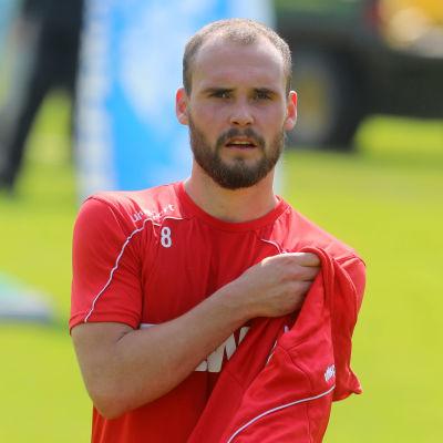 Birger Verstraete håller i en tröja.