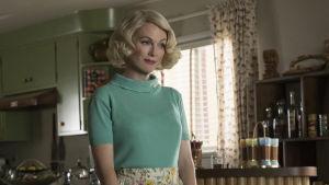 Margaret (Julianne Moore) står i köket och ler vackert.