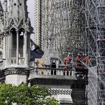 Brandmän på Notre Dames tak.