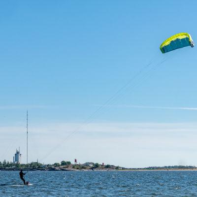 Kitesurfare utanför Hangö