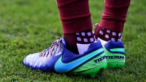 En spelare i Premier League har på sig regnbågssnören.