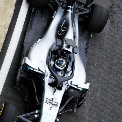 Valtteri Bottas provkör sin bil.