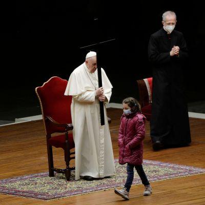Påven Franciskus och barn på långfredagen 2.4.2021
