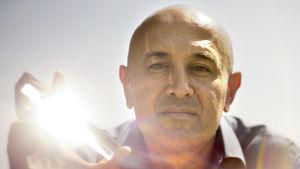 Fyysikko Jim Al-Khalili ja prisma