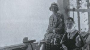 Väninnorna Hilma Granqvist och Signe Ekblad på en balkong i Haifa under en av de många utfärder som ingick i den arkeologiska kursen hösten 1925.