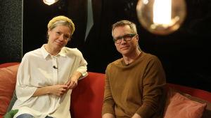 Sonja Kailassaari och Mårten Svartström i Efter Nios röda soffa.