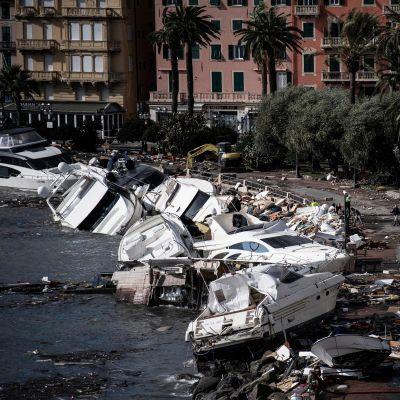 Lyxbåtar som kantrat efter stormar i Italien.